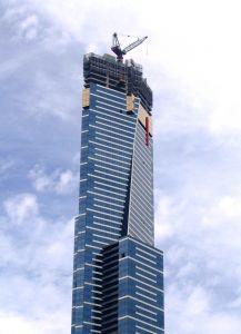 בניין עם תוספת בנייה בגג
