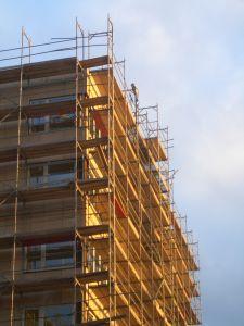 """בניין העומד בפני חיזוק לפי תוכנית תמ""""א 38 - תמונת אילוסטרציה"""