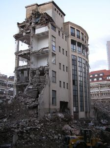 מבנה מגורים ומשרדים לאחר רעידת אדמה