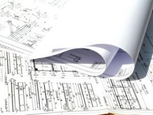 תמונת אילוסטרציה של תוכניות הנדסיות מקופלות על השולחן