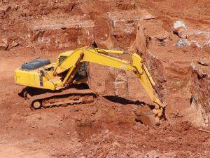 טרקטור חופר באדמה