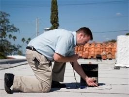 בדיקת רטיבות בגג מבנה באמצעות ציוד מיוחד
